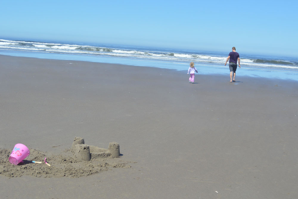 Oregon family vacation sand castle at the beach - Mommy Scene