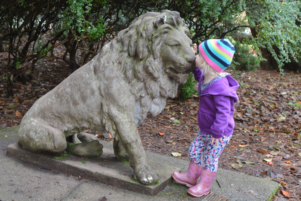 Family Day at the Seattle Woodland Park Zoo stone lion - Mommy Scene