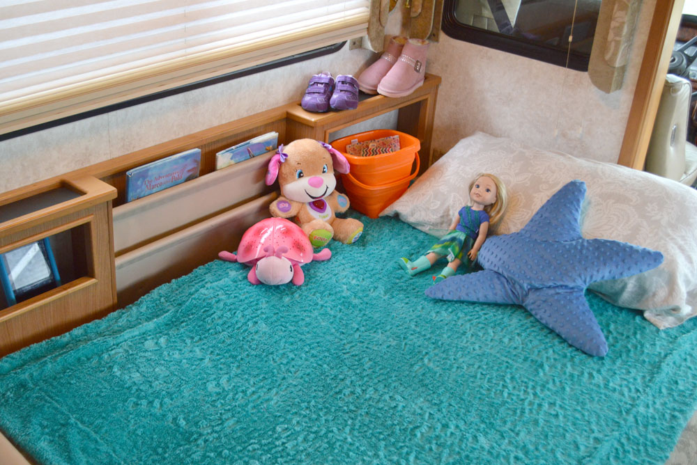 Kids can sleep in their own beds in a RV motorhome - Traveling with Kids