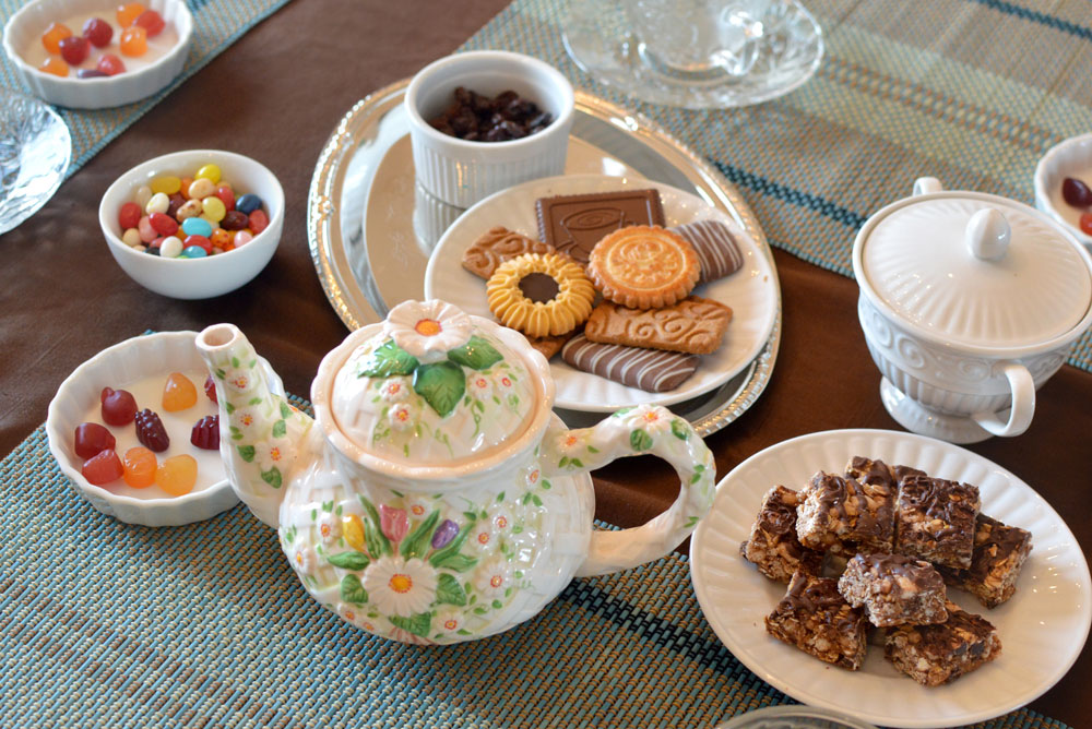 Little girl afternoon tea party - Mommy Scene