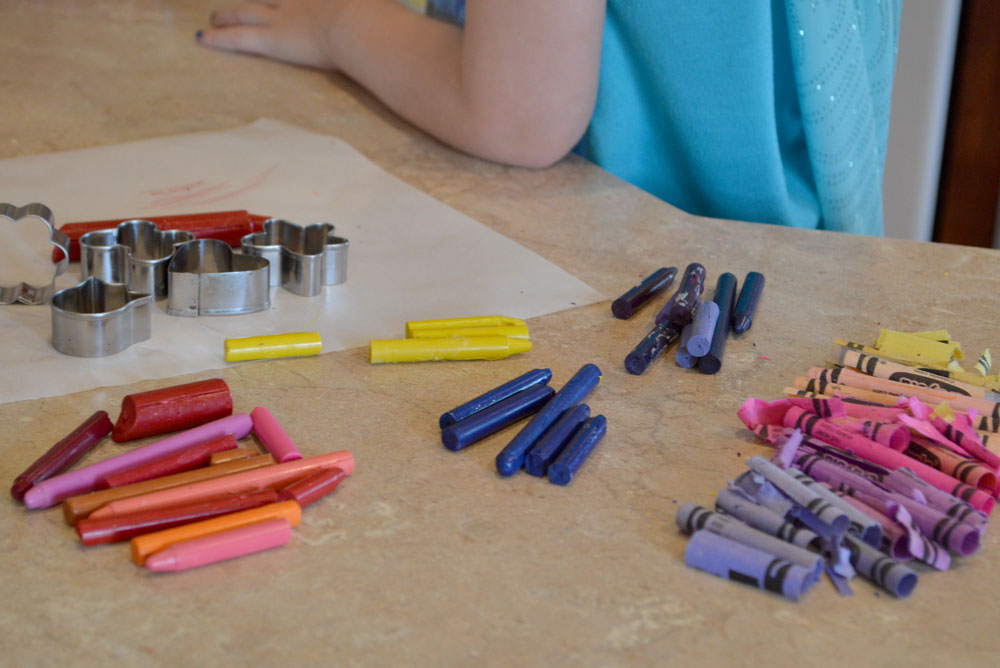 Use old crayons to make melted crayon shapes - Mommy Scene
