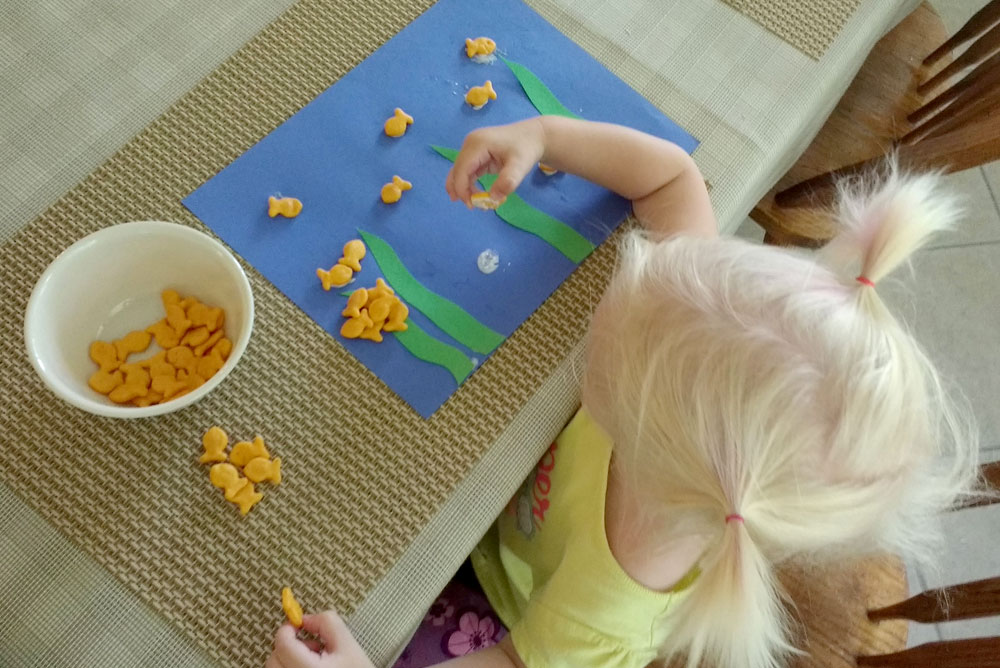 Cute ocean scene kids craft with construction paper and gold fish crackers - Mommy Scene
