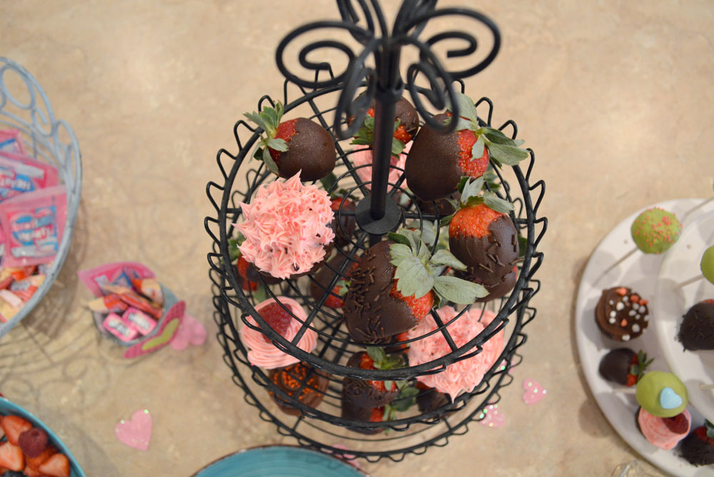 Kids party chocolate covered strawberries - Mommy Scene