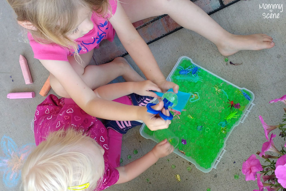Kids activities with sensory water beads - Mommy Scene