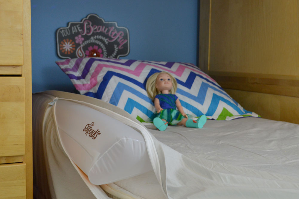 Kids mermaid room with bunkbeds and The Shrunks inflatable bed rail - Mommy Scene
