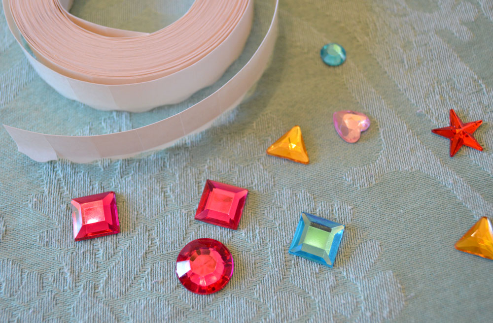Make homemade sticker jewels - Mommy Scene