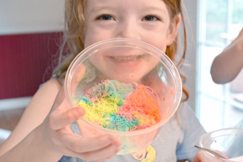 Kids baking soda color science project - Mommy Scene
