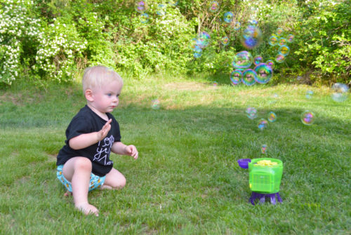 Entertain kids in the yard with bubbles - Mommy Scene